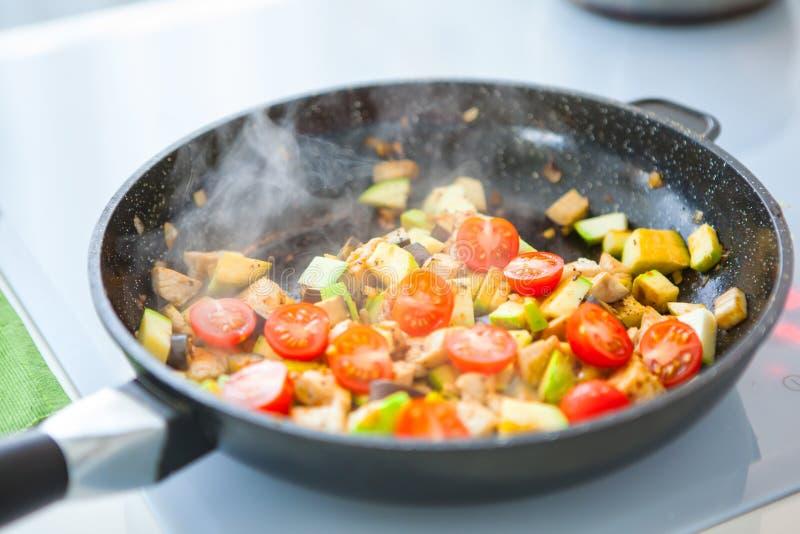 在平底锅的菜蔬菜炖肉,在火炉 库存照片