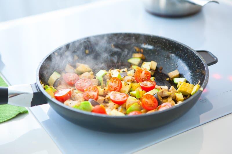 在平底锅的菜蔬菜炖肉,在火炉 免版税库存图片
