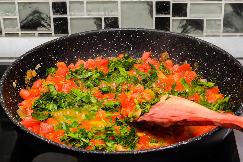 在平底锅的被炖的蕃茄 库存照片