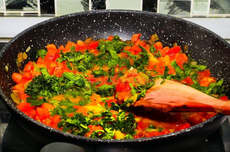 在平底锅的被炖的蕃茄 图库摄影