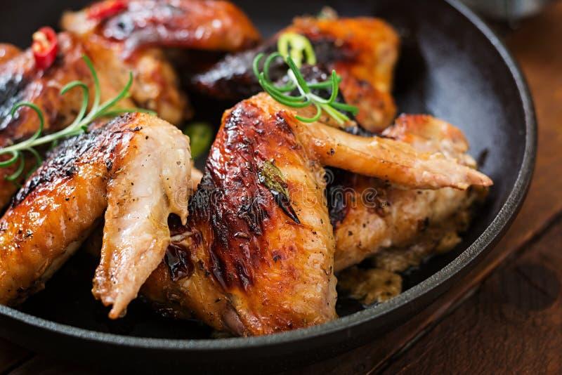 在平底锅的被烘烤的鸡翼 免版税库存图片