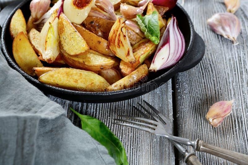 在平底锅的酥脆被烘烤的土豆 图库摄影