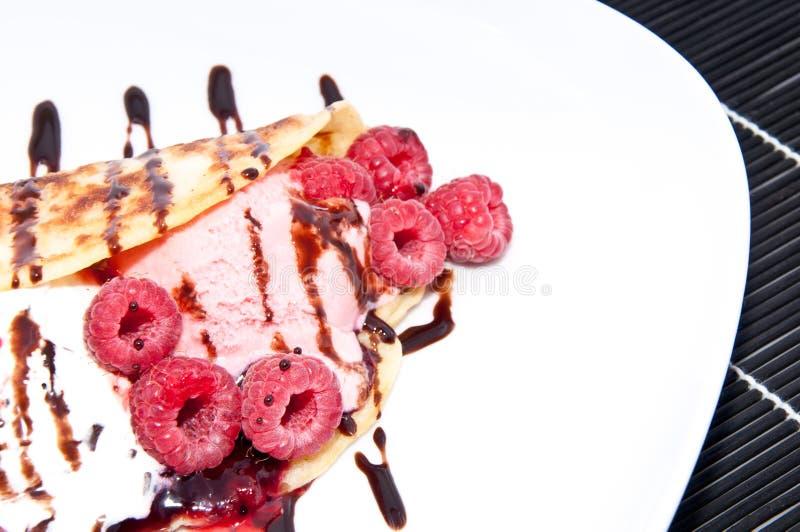 在平底锅蛋糕的自创莓冰淇凌 免版税库存图片