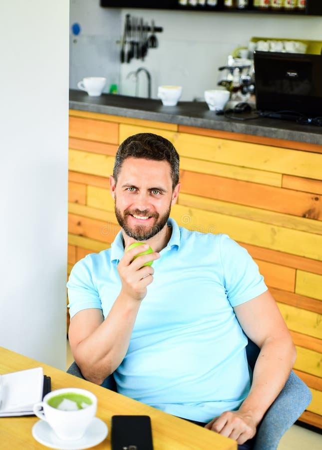 在平时期间,健康人关心维生素营养 物理和精神福利概念 人坐吃绿色苹果 库存图片