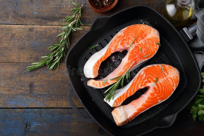 在平板炉平底锅的鲑鱼排 烹调红色鱼 库存图片