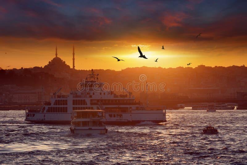 在平衡伊斯坦布尔,土耳其的剧烈的日落 免版税图库摄影