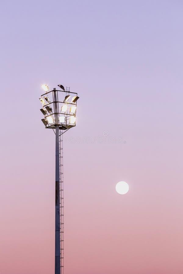 在平衡光的体育场光 库存图片