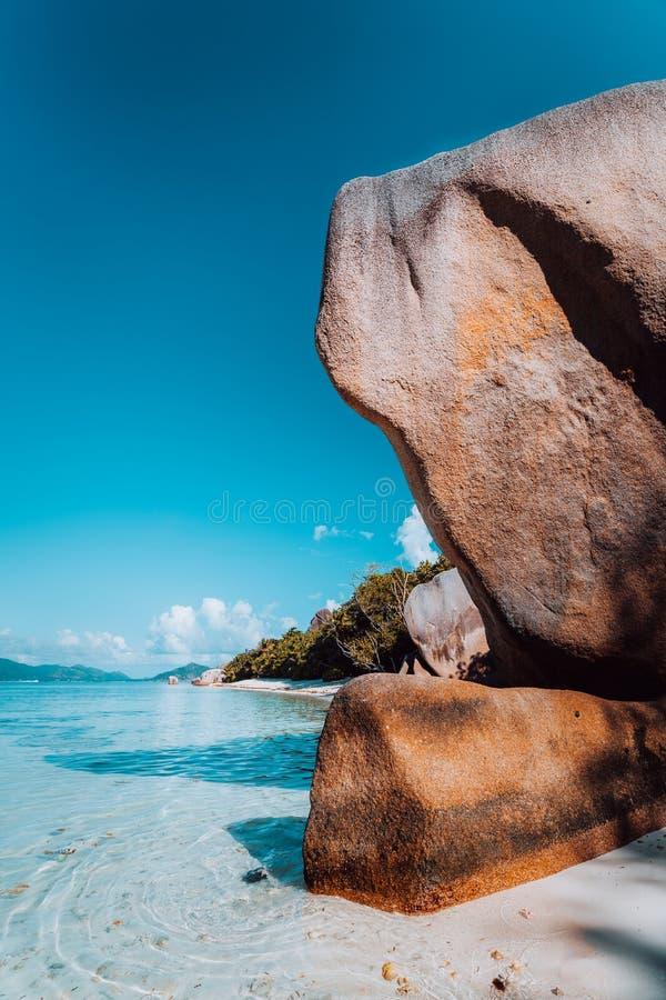 在平衡光的巨大的美妙地形状的异常的花岗岩冰砾在著名昂斯市来源d'银海滩,拉迪格岛海岛 库存图片
