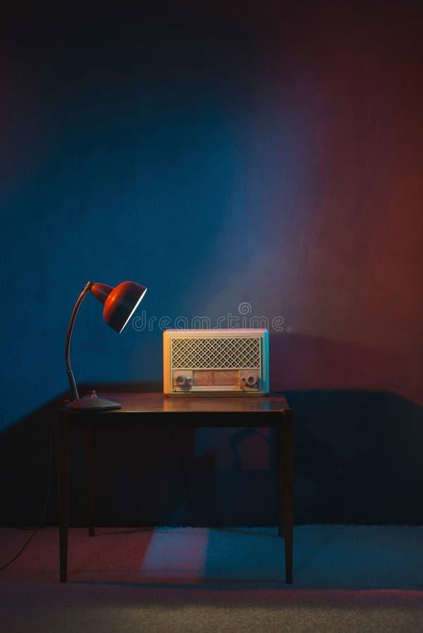 在平衡内部的葡萄酒收音机由台灯点燃了 免版税库存照片