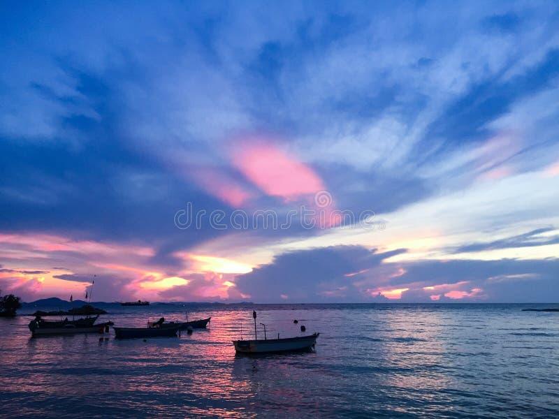 在平衡时间的感到羞耻的日落在芭达亚海滩是非常独特的美丽的景色 免版税库存照片