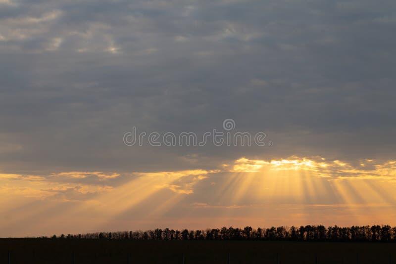 在平衡的天空的美好的风景太阳光芒 免版税库存图片