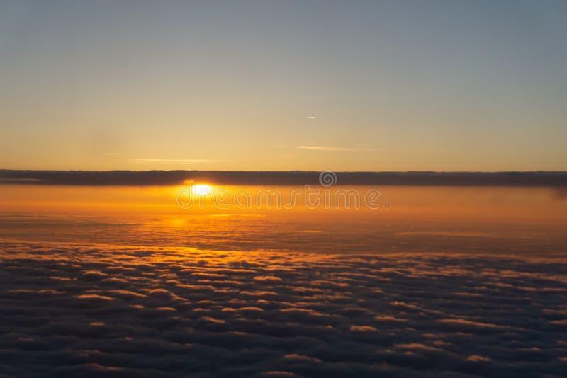 在平衡的timelapse云彩的飞行与晚太阳 飞行通过与美好的太阳光芒的运动的cloudscape 图库摄影