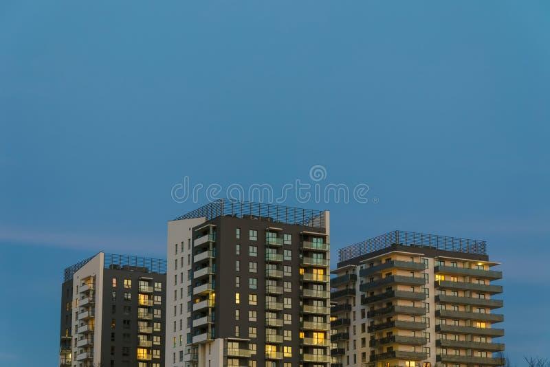 在平衡被阐明的黄昏的三个住宅塔大厦 库存图片