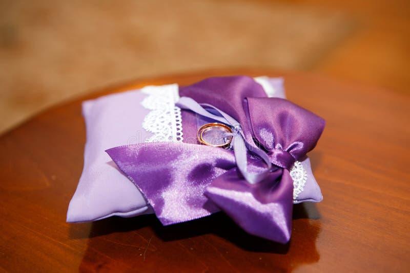 Download 在平静枕头的婚戒 库存图片. 图片 包括有 对象, 参加, beautifuler, 订婚, 构成, browne - 72359079