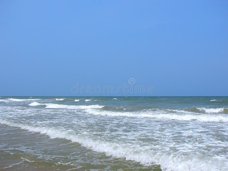 在平静的海滩-天堂海滩,本地治里市,印度的Seawaves 免版税库存照片