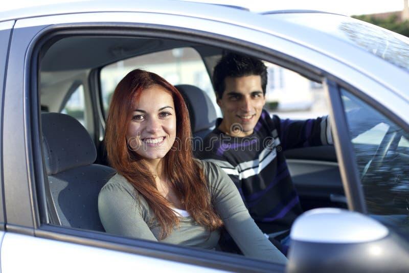 在年轻人里面的汽车夫妇 免版税库存照片