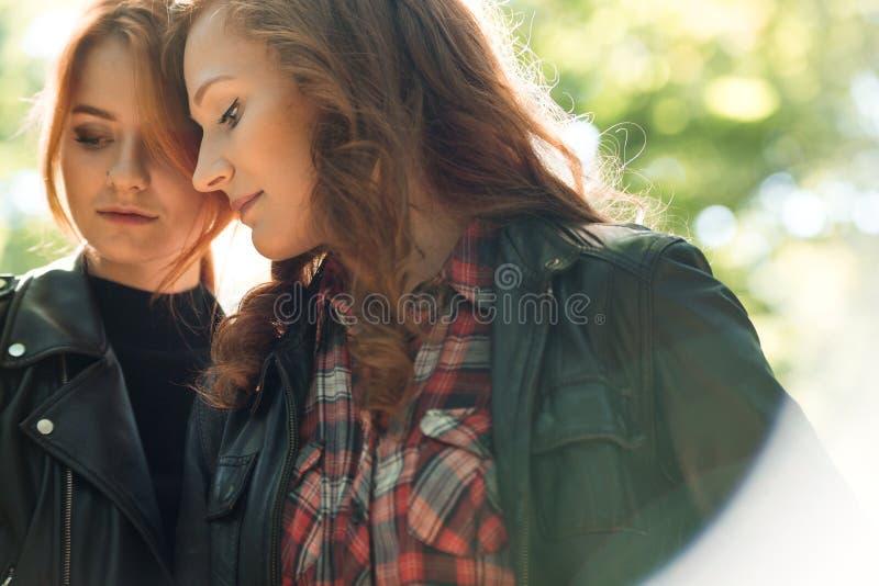 在年轻女同性恋的女孩之间的亲热 免版税库存图片