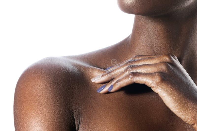 在年轻美丽的黑人妇女肩膀的棕榈有干净的perfe的 免版税库存图片