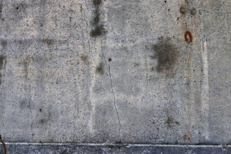 在年迈的和被风化的混凝土墙上的接近的看法有在高分辨率的镇压的 免版税图库摄影