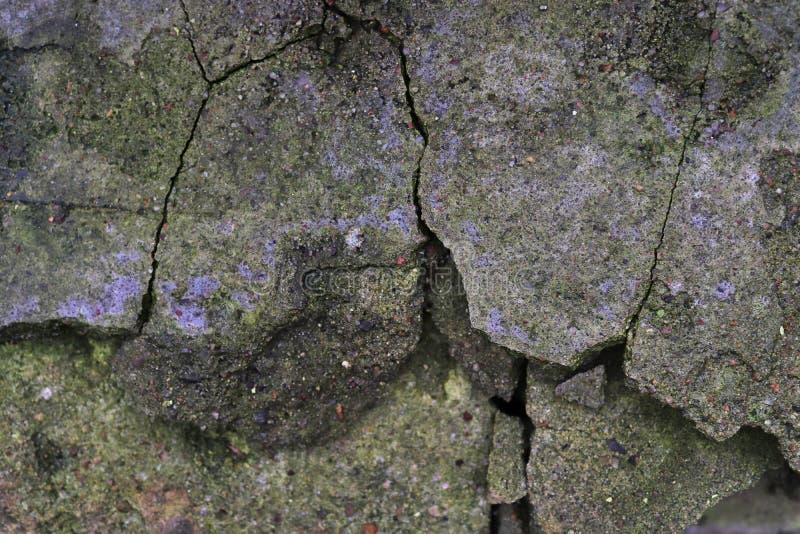在年迈的和被风化的混凝土墙上的接近的看法有在高分辨率的镇压的 库存照片