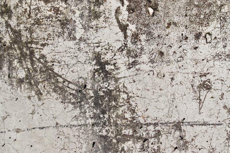 在年迈的和被风化的混凝土墙上的接近的看法有在高分辨率的镇压的 免版税库存照片