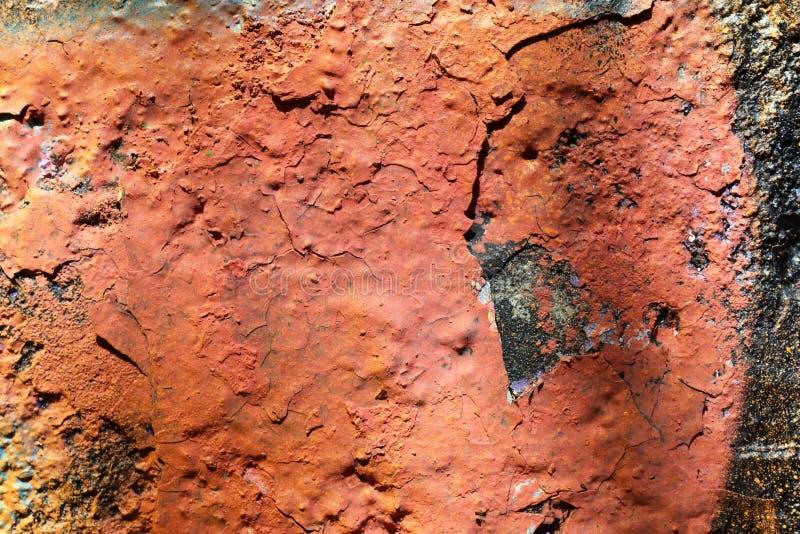 在年迈的和被风化的混凝土墙上的接近的看法有在高分辨率的镇压的 库存图片