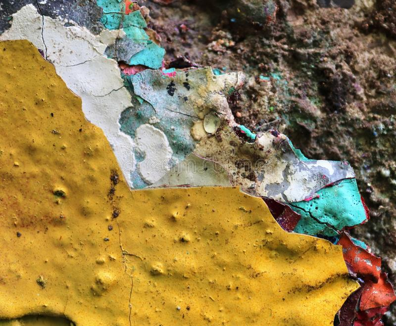 在年迈的和被风化的混凝土墙上的接近的看法有在高分辨率的镇压的 免版税库存图片