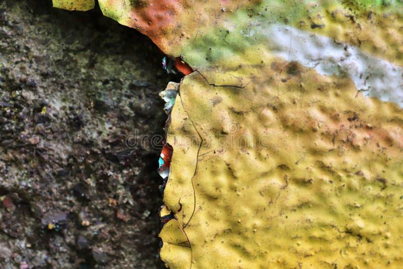 在年迈的和被风化的混凝土墙上的接近的看法有在高分辨率的镇压的 图库摄影