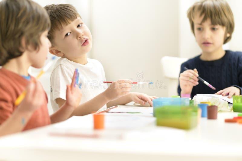 在幼儿园的孩子绘画 库存照片