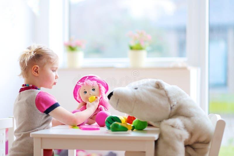 在幼儿园的小女孩或在家使用 免版税库存图片
