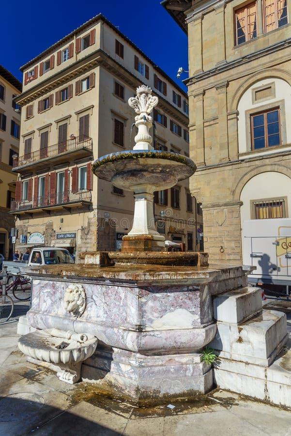 在广场二三塔Croce的喷泉在好日子在佛罗伦萨 意大利 免版税图库摄影