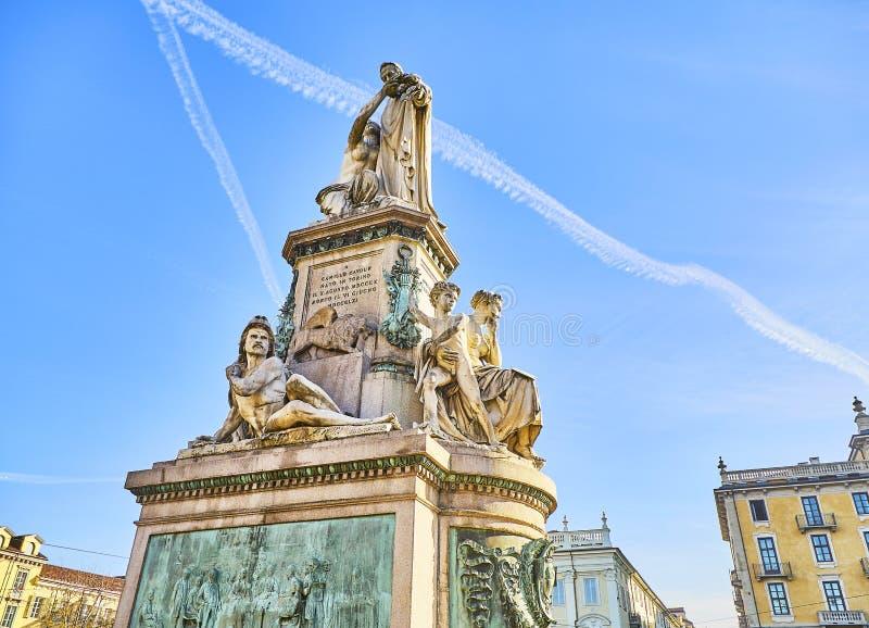 在广场克罗埃曼努埃莱II正方形的卡米洛・奔索・迪・加富尔伯爵纪念碑 米兰,伦巴第,意大利 免版税库存图片