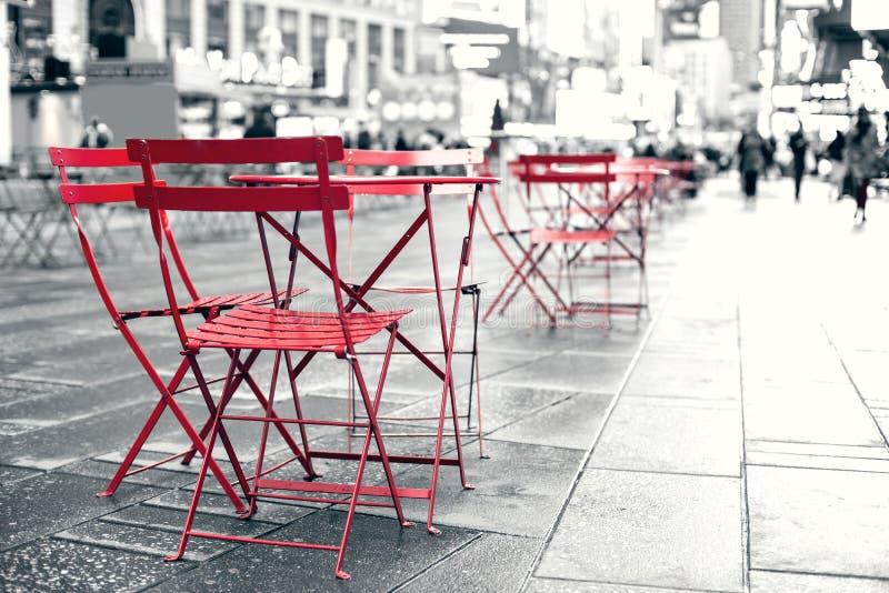 在广场的就座区域在繁忙的时代广场NYC 免版税库存图片