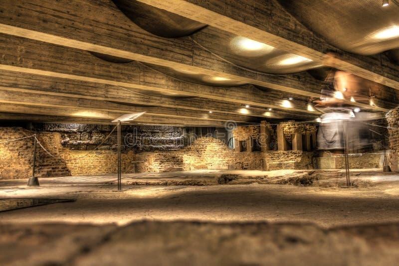在广场的著名地下墓穴大教堂中央寺院二米兰在米兰,意大利,在HDR的射击 免版税库存照片