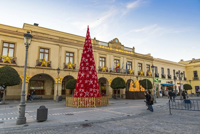 在广场西班牙的装饰的新年树在朗达市,安大路西亚 免版税库存图片