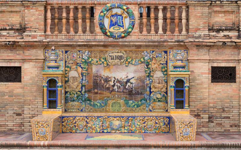 在广场西班牙的装饰马赛克在显示从西班牙的每个区域的塞维利亚最重要的事件 马德里 2018年7月 库存照片