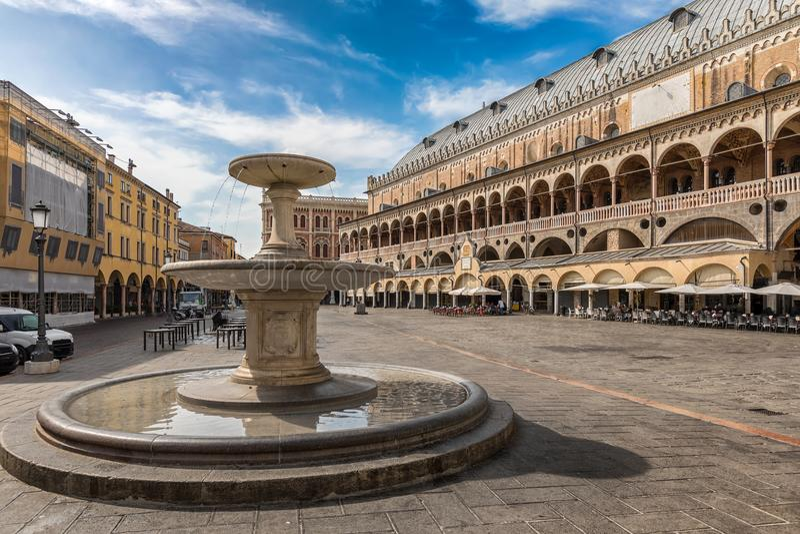 在广场delle Erbe的喷泉在帕多瓦,意大利 免版税库存图片