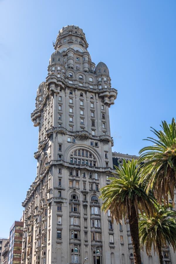 在广场Independencia -蒙得维的亚,乌拉圭的帕拉西奥齐射 免版税库存照片