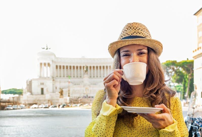 在广场venezia的妇女饮用的咖啡在罗马 库存照片