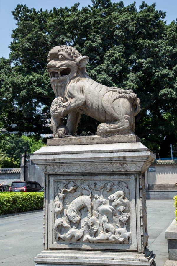在广州市中国陈祖先寺庙,前门花岗岩的著名旅游胜地雕刻了狮子 库存照片