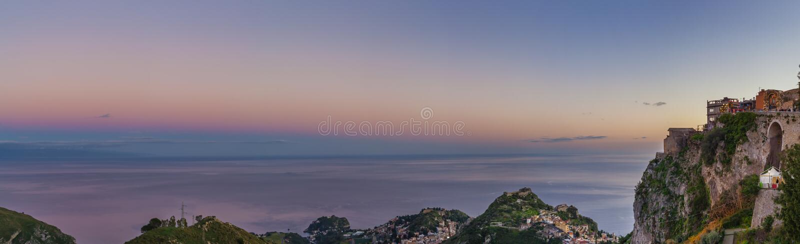在广角落矶山脉的上面的卡斯泰尔莫拉镇 免版税图库摄影