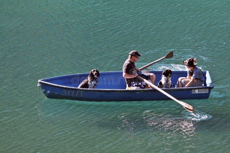 在庄严瑞士湖的小船旅行 父亲和儿子一条小船的在湖 湖在瑞士 免版税库存图片