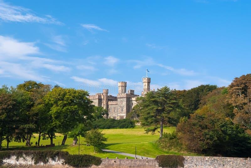 在庄园风景的Lews城堡在Stornoway,英国 与绿色地面的城堡在蓝天 维多利亚女王时代的样式 免版税库存照片