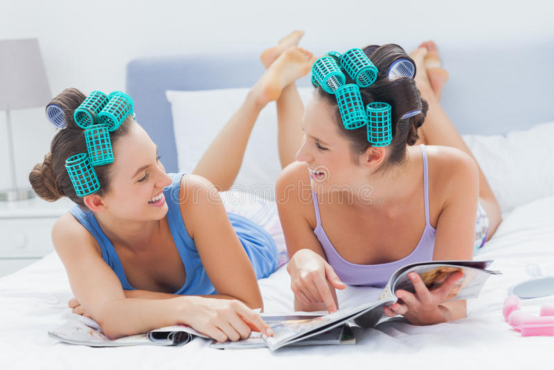 在床上的两个朋友 库存图片