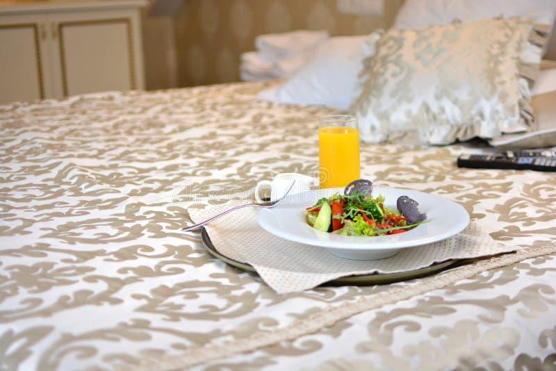 在床上的健康素食早餐 免版税库存照片