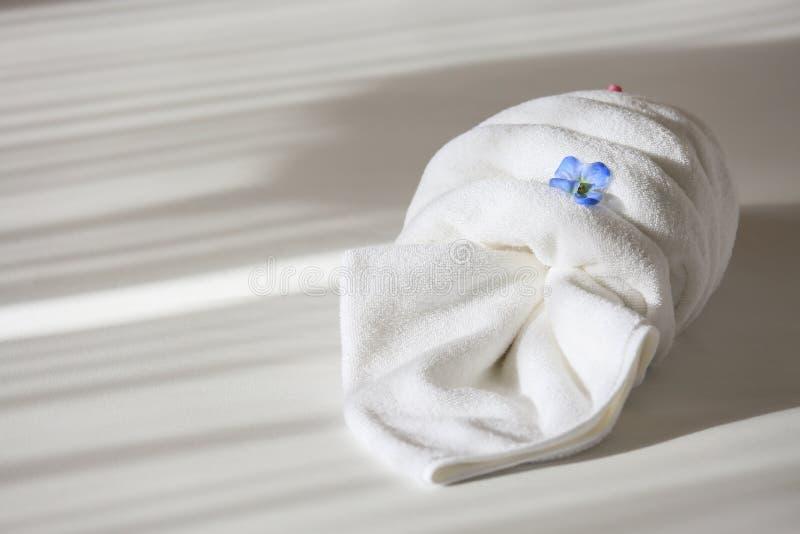 在床上的创造性的毛巾在旅馆,毛巾集合为用途做准备在私有屋子、设备在租屋子里或旅馆里 库存照片