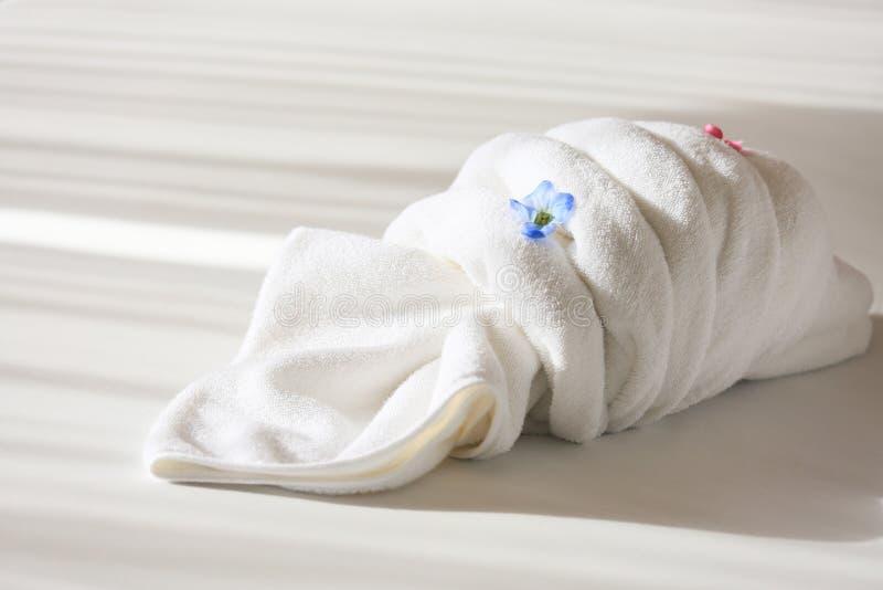 在床上的创造性的毛巾在旅馆,毛巾集合为用途做准备在私有屋子、设备在租屋子里或旅馆里 库存图片