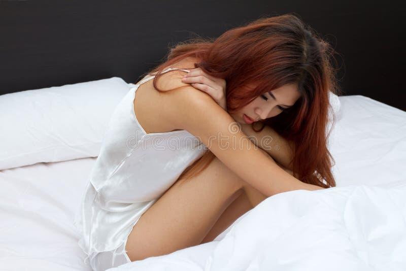 在床上的妇女与积累重音,忧虑 免版税图库摄影