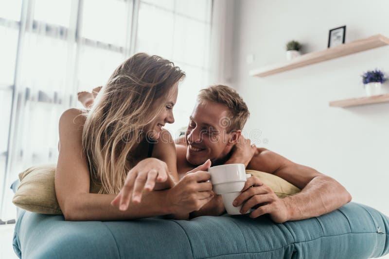 在床上的富感情的夫妇 库存图片