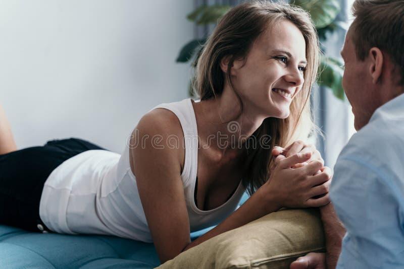 在床上的富感情的夫妇 免版税库存图片
